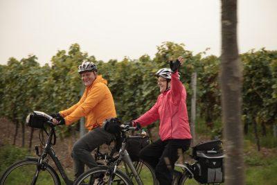 Das Bild zeigt zwei Radfahrer auf einer Fahrradtour.
