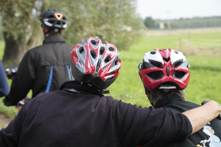 Das Bild zeigt zwei Radfahrer mit Fahrradhelm.