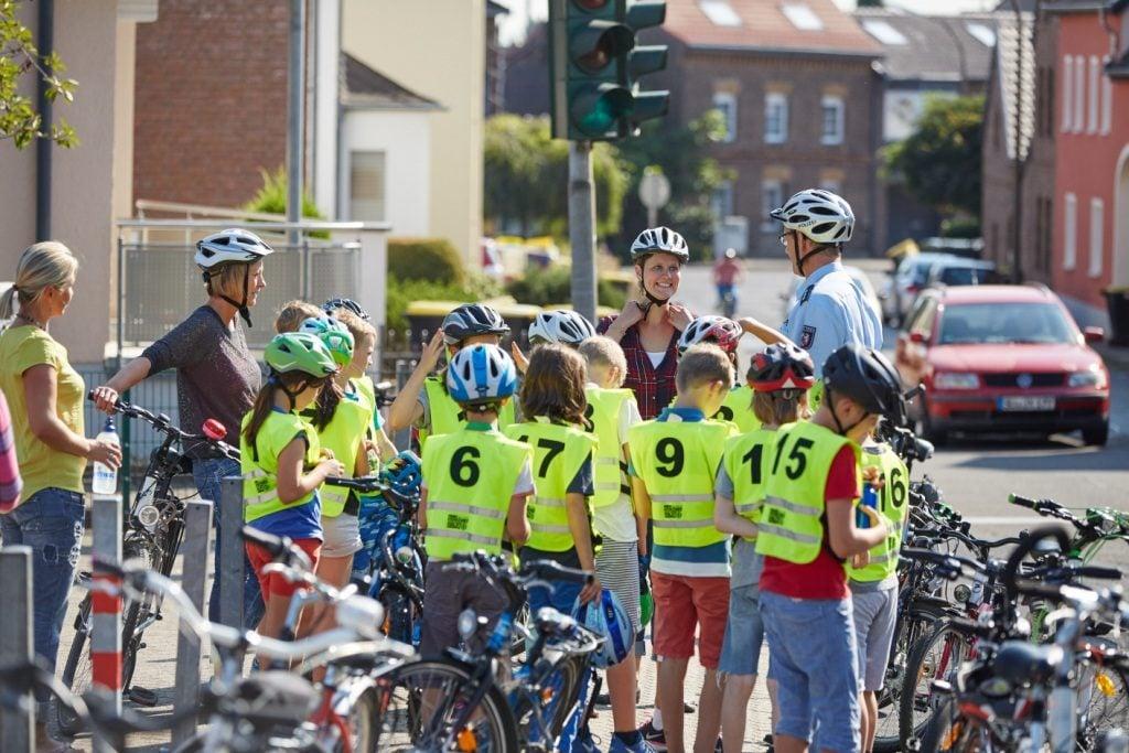 Das Bild zeigt eine Schulklasse bei der Radfahrausbildung.